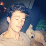 Grant Gustin The Flash echandose la siesta